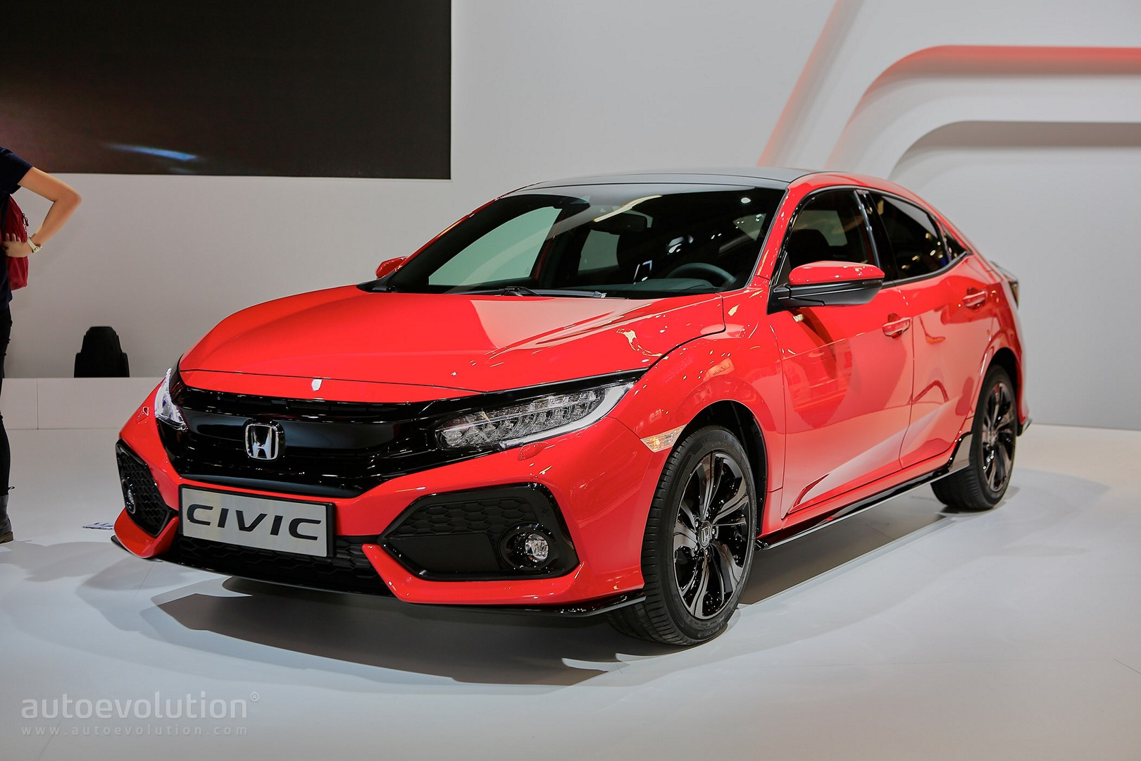 2017-honda-civic-hatchback-looks-like-a-race-car-in-paris-111699_1