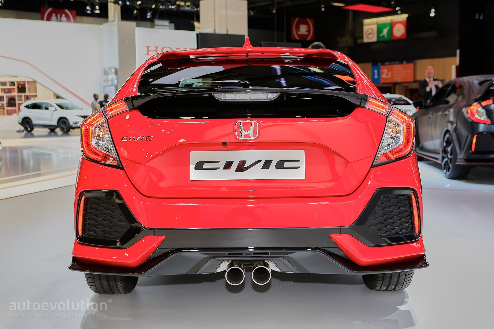 2017-honda-civic-hatchback-looks-like-a-race-car-in-paris_8